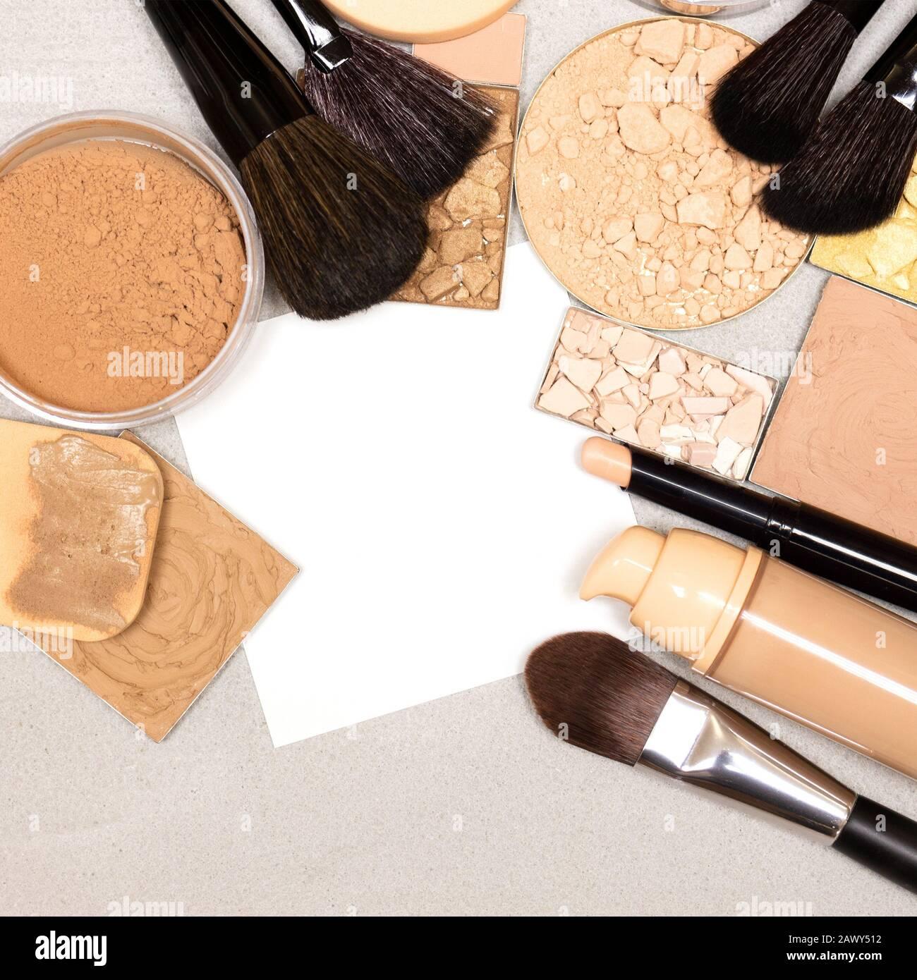 Make-up-Produkte für den Alltag mit leerem weißem Blatt Papier. Konzept der Checkliste für den Einkauf von Kosmetika Stockfoto