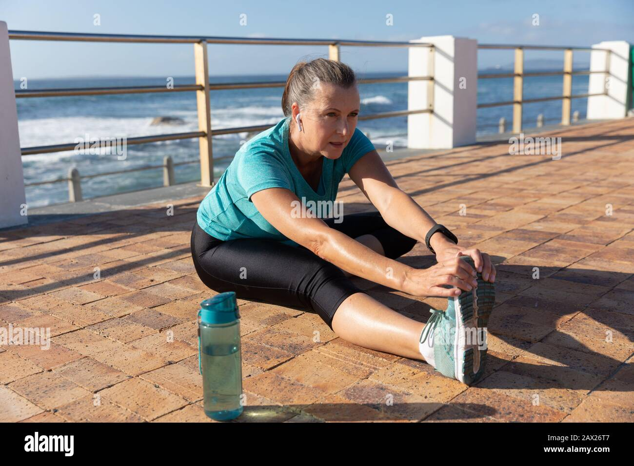 Weibliche Joggerin am Meer Stockfoto
