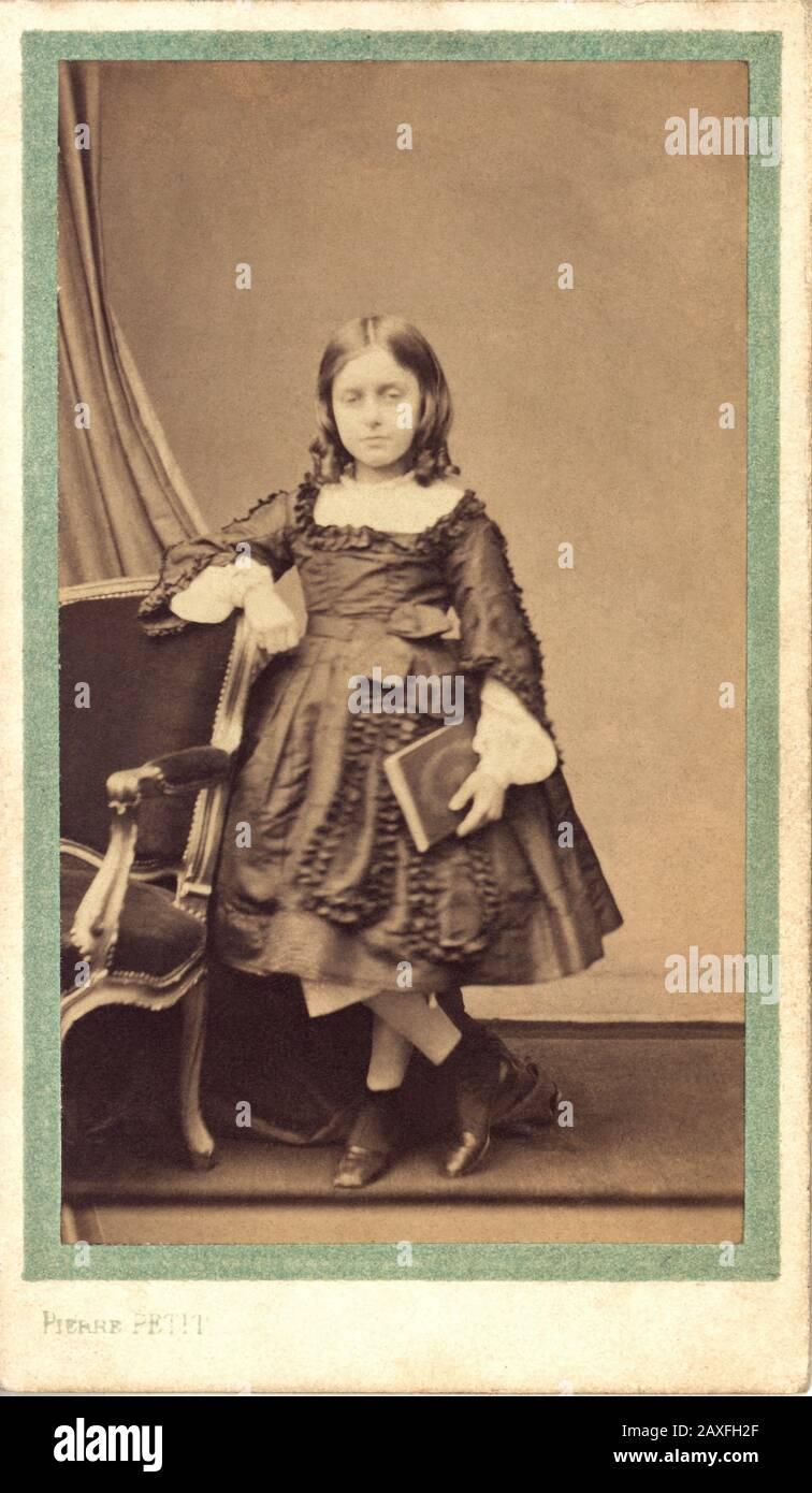 Die französische FRAU FANNY BEAMISH ( Nini ) aus dem Jahr 1855 Ca, FRANKREICH, heiratete später im Jahre 1872 mit Graf Auguste de Robaulx Beaurinieux. Foto von Pierre Petit, Paris. Fanny Beamish war die einzige Tochter des irisch eingebürgerten französischen Adligen George Robert Delacour Beamish (* um 1817 in Paris; † um 1881 in london) und eine Adelige der Familie Halesworth. - FRANCIA - NOBILI - NOBILTA' FRANCESE - FOTO STORICHE - GESCHICHTSFOTOS - CONTESSA - CONTE - SECONDO IMPERO - SECOND EMPIRE - BAMBINA - BAMBINO - BAMBINI - KIND - KINDER - MODE - MODA - OTTOCENTO - XIX JAHRHUNDERT - BIBLIOTHEK - BUCH - LESER - Lettore - Lettrice - Scarpe - Stockfoto