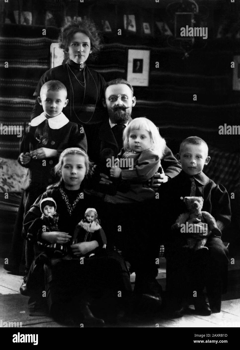 1900 Ca, Storgarden, Brunnsvik am Vasmansee, LUDVIKA, SCHWEDEN: Der schwedische Schriftsteller und sozialdemokratische Politikerarzt KARL-ERIK FORSSLund (* 1872; † 1941) mit Frau FEJAN zu Hause mit den vier Söhnen Marjo, JORAN, KARL-HERMAN und MAJA. - LETTERATO - SCRITTORE - LETTERATURA - Literatur - occhiali da vista - Linse - Foto gruppo di FAMIGLIA - FAMILIE - Bart - Barba - SVEZIA - Spielzeug - Giocattolo - Giocattoli - Teddybär - Oransachiotto - figli - figlio - figlia - Tochter - Sohn - fratelli - Brüder - Moglie - Mamma - Mutter - NATALE - WEIHNACHTSZEIT - festa natalizia - XMAS - bambol Stockfoto