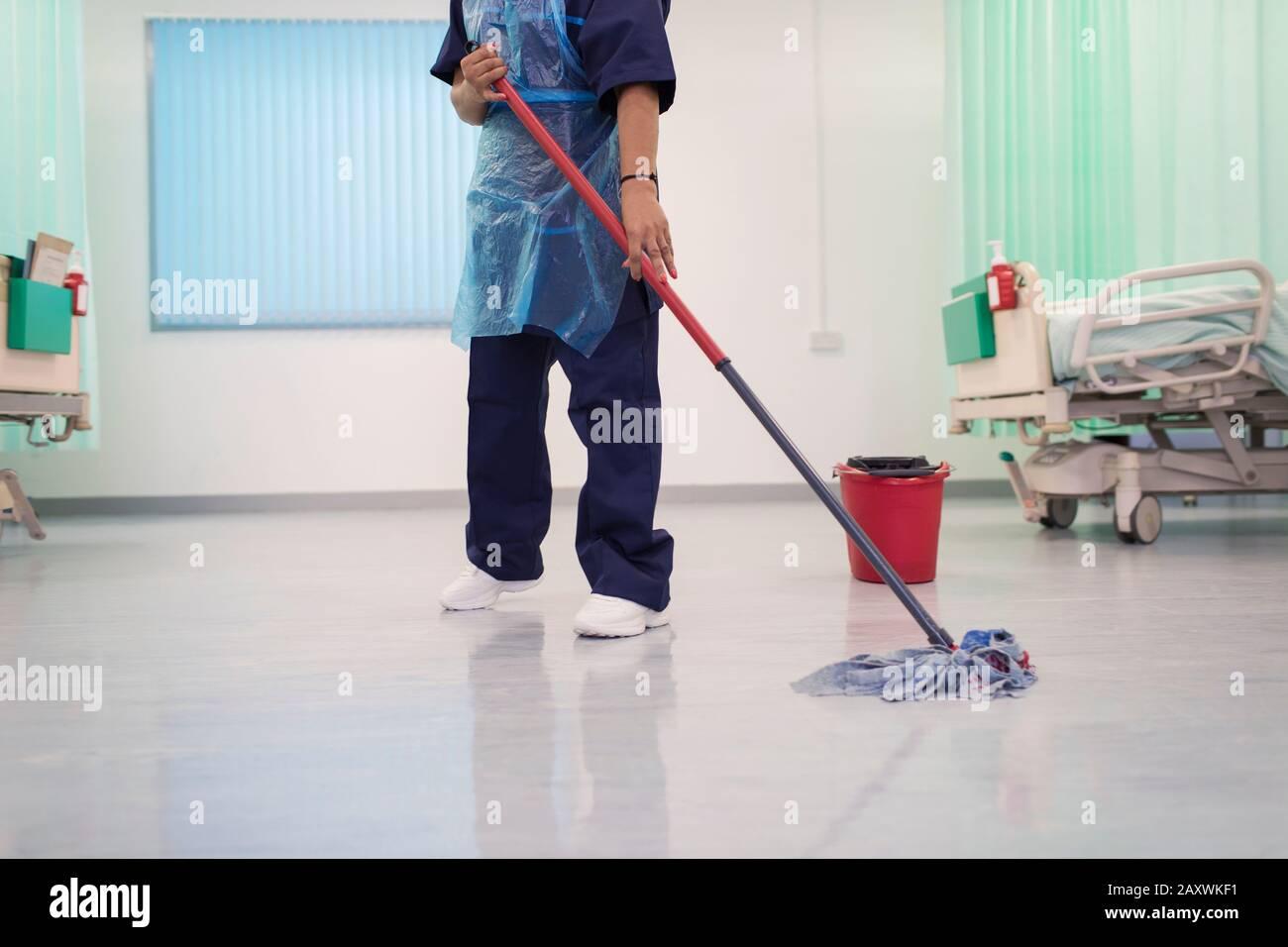 Weiblicher, geordneter Wischhospital, Stationsboden Stockfoto