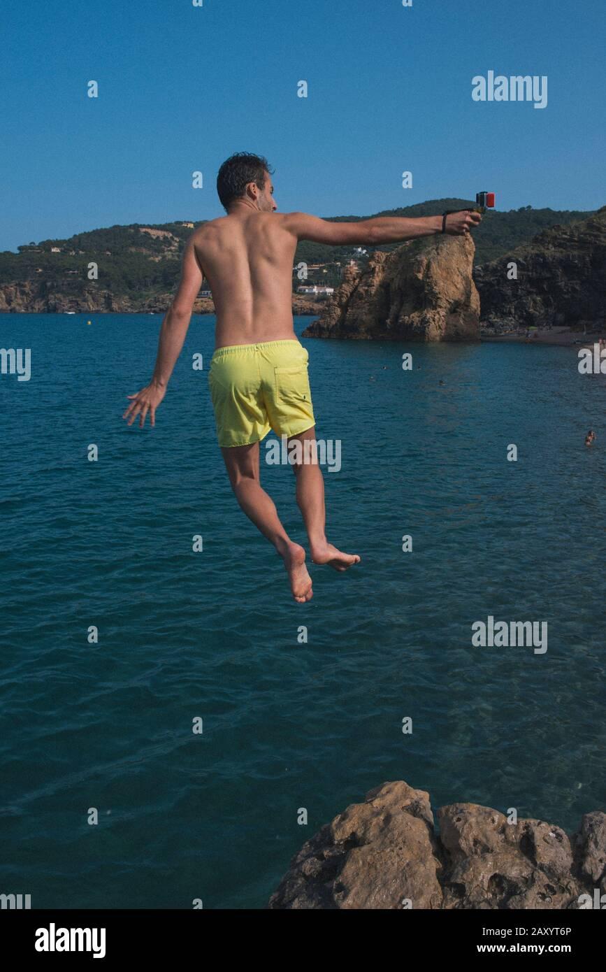 Mann springt Stockfoto