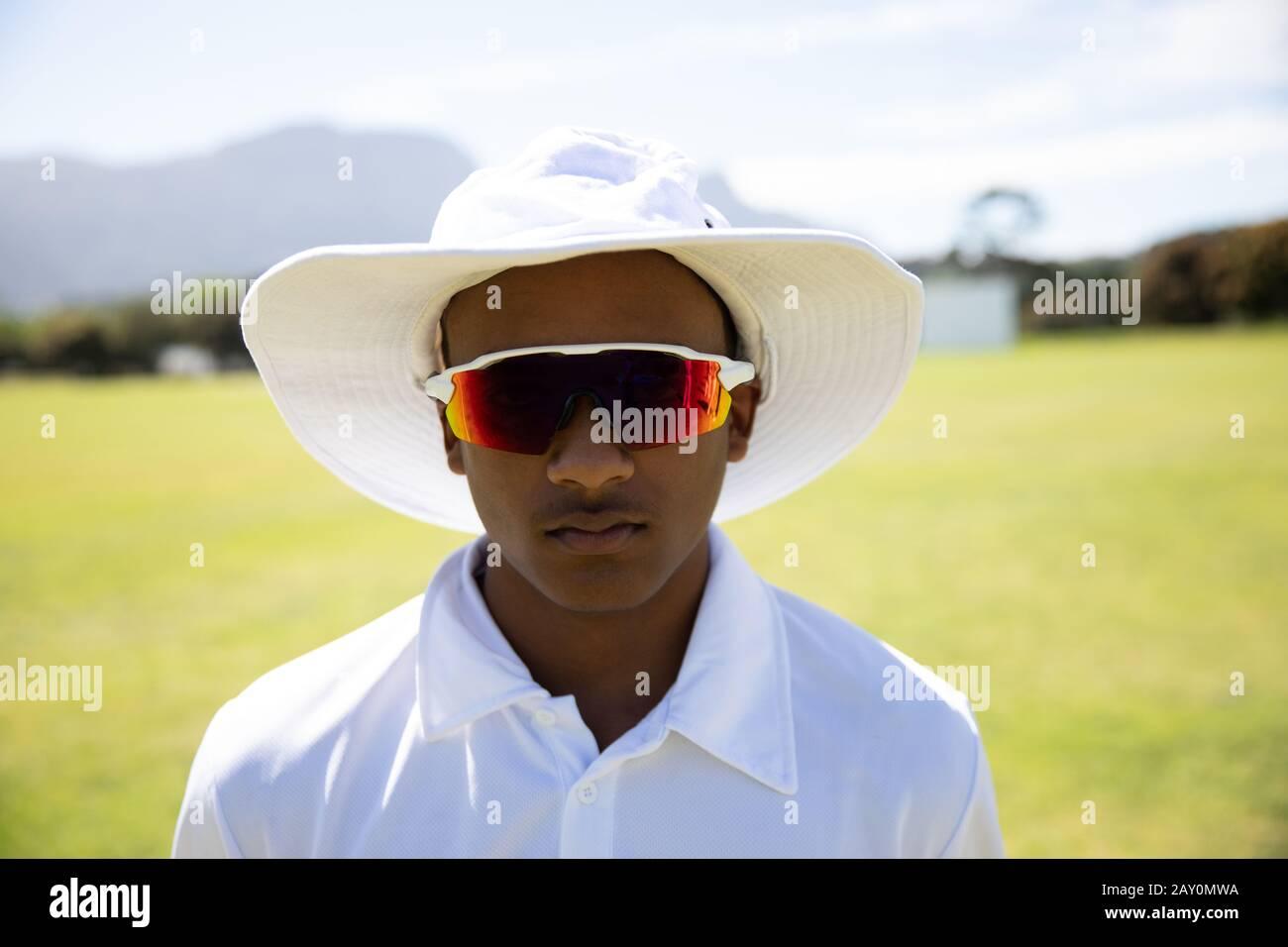 Cricket-Spieler mit Blick auf die Kamera Stockfoto