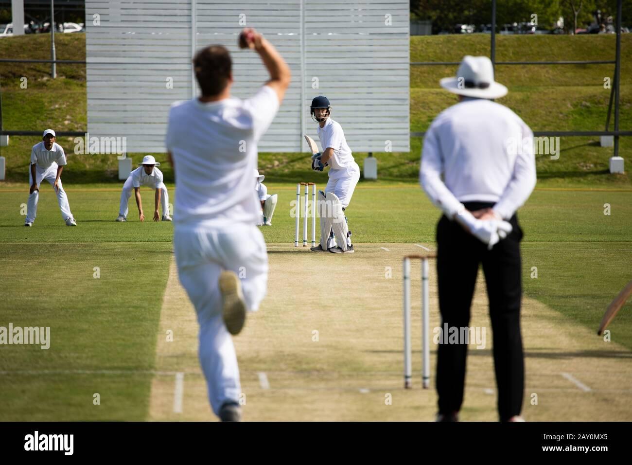 Cricket-Spieler trainieren auf dem Spielfeld Stockfoto