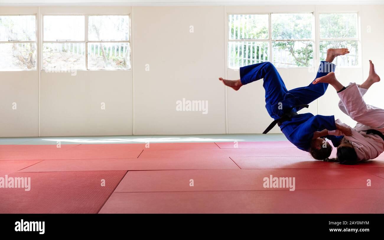 Judokas üben Judo während eines Sparrings in einer Turnhalle Stockfoto