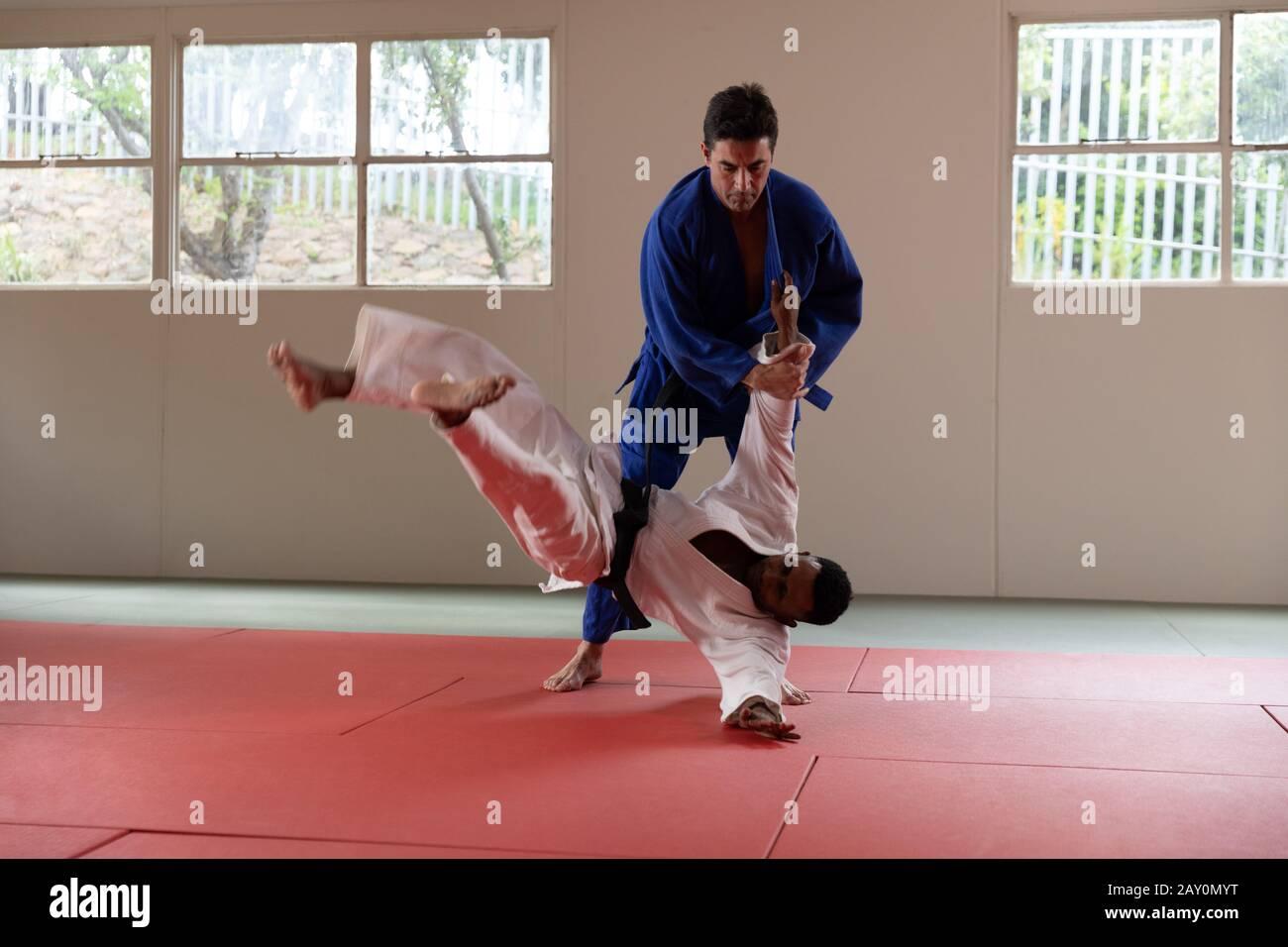 Judokas Training in einer Turnhalle Stockfoto