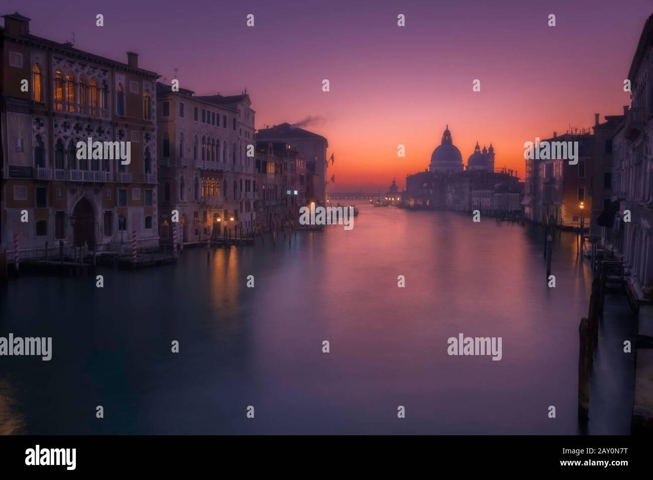 Stadtbild mit Canal Grande und Kirche Santa Maria della Salute, Venedig, Venetien, Italien Stockfoto