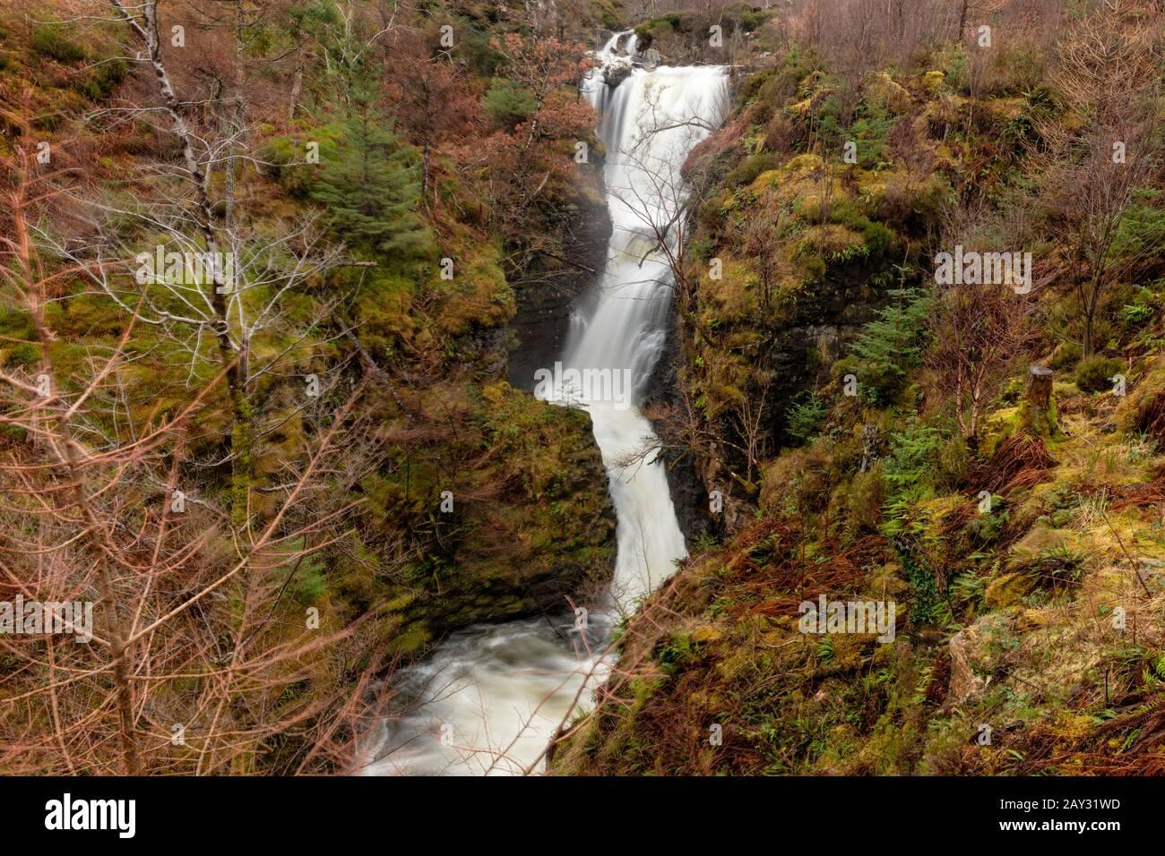Die Victoria Falls, an der Seite von Loch Maree in Schottland, spaten im Winter. Stockfoto
