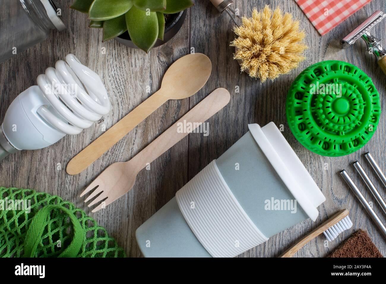 Flacher Laienschuss Aus Umweltfreundlichen Kunststoffprodukten Mit Wiederverwendbaren Oder Nachhaltigen Zero Waste Produkten Auf Holzhintergrund Mit Holzhals-Besteckpapier Aus Holzhalmen Stockfoto