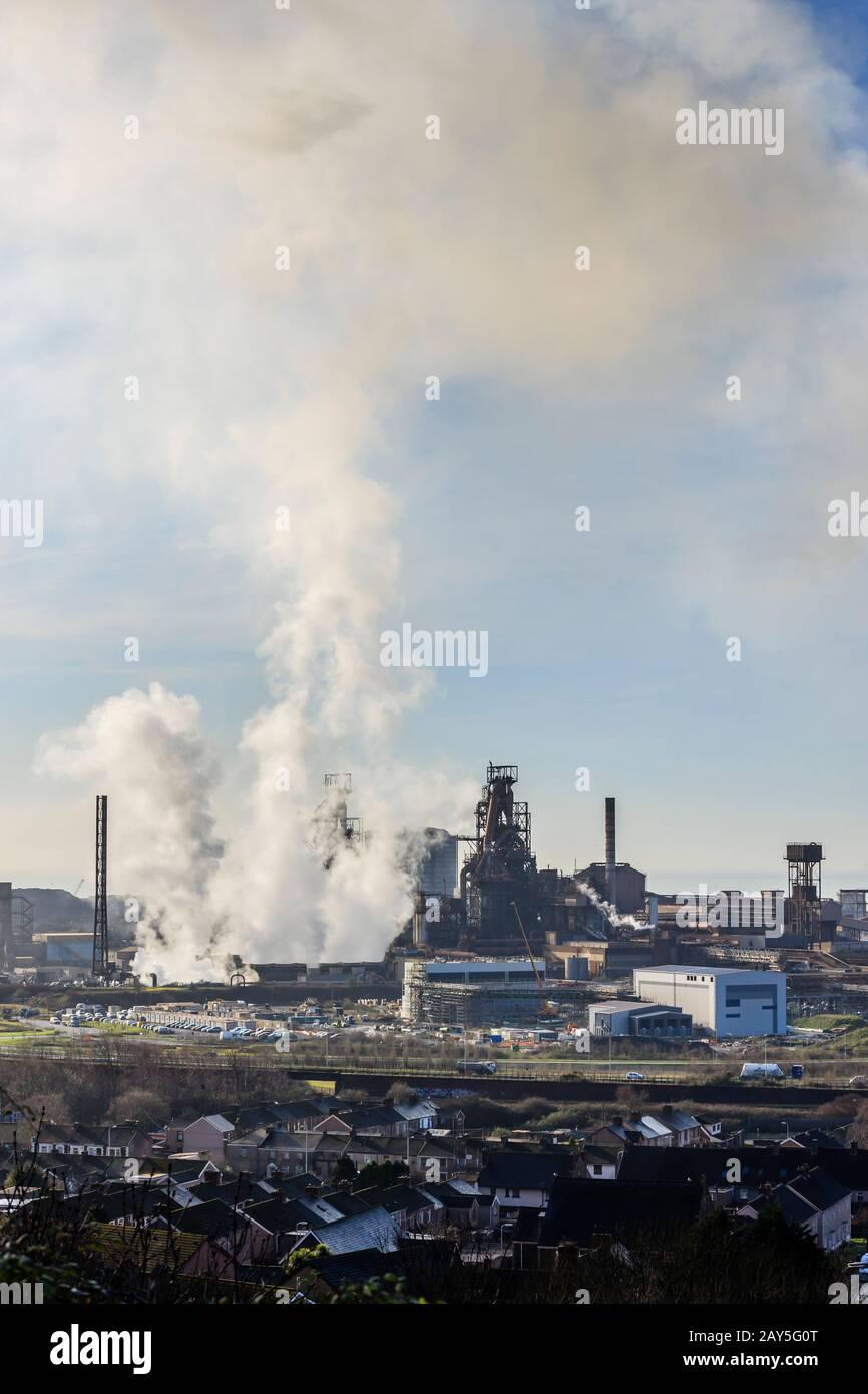 Port Talbot Steel Works emittiert Wolken aus dem Dampf Port Talbot Swansea Glamorgan Wales Stockfoto
