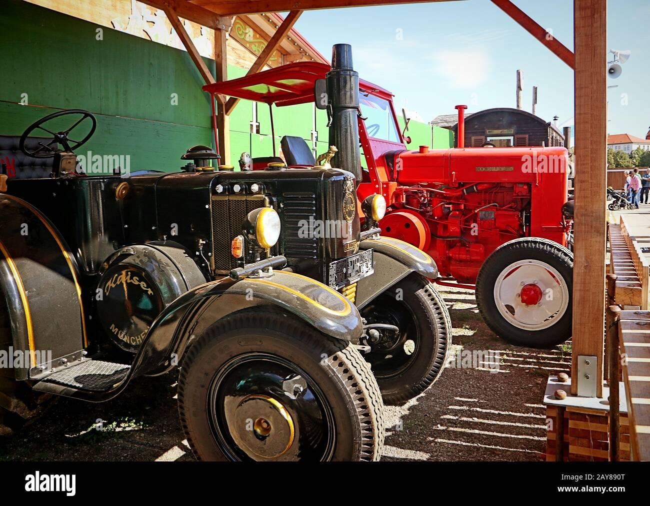 München, DEUTSCHLAND Lanz Bulldog Oldtimer und eine rote Deutz-Maschine auf der Oide Wiesn Historical Teil des Oktoberfests in München, eine Familie und Stockfoto