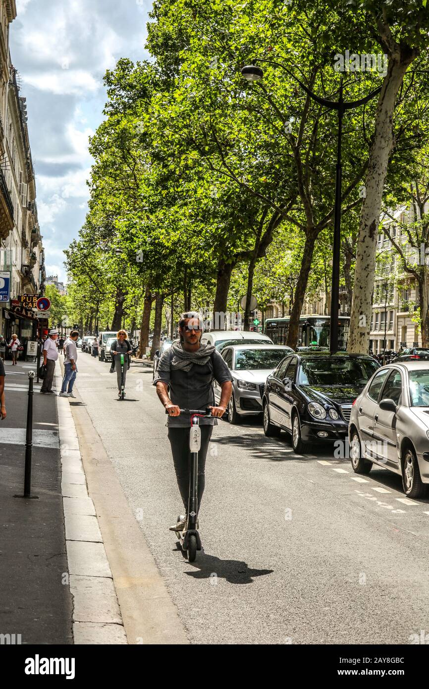 Mit Elektroscooter in Paris, Frankreich, Europa Stockfoto