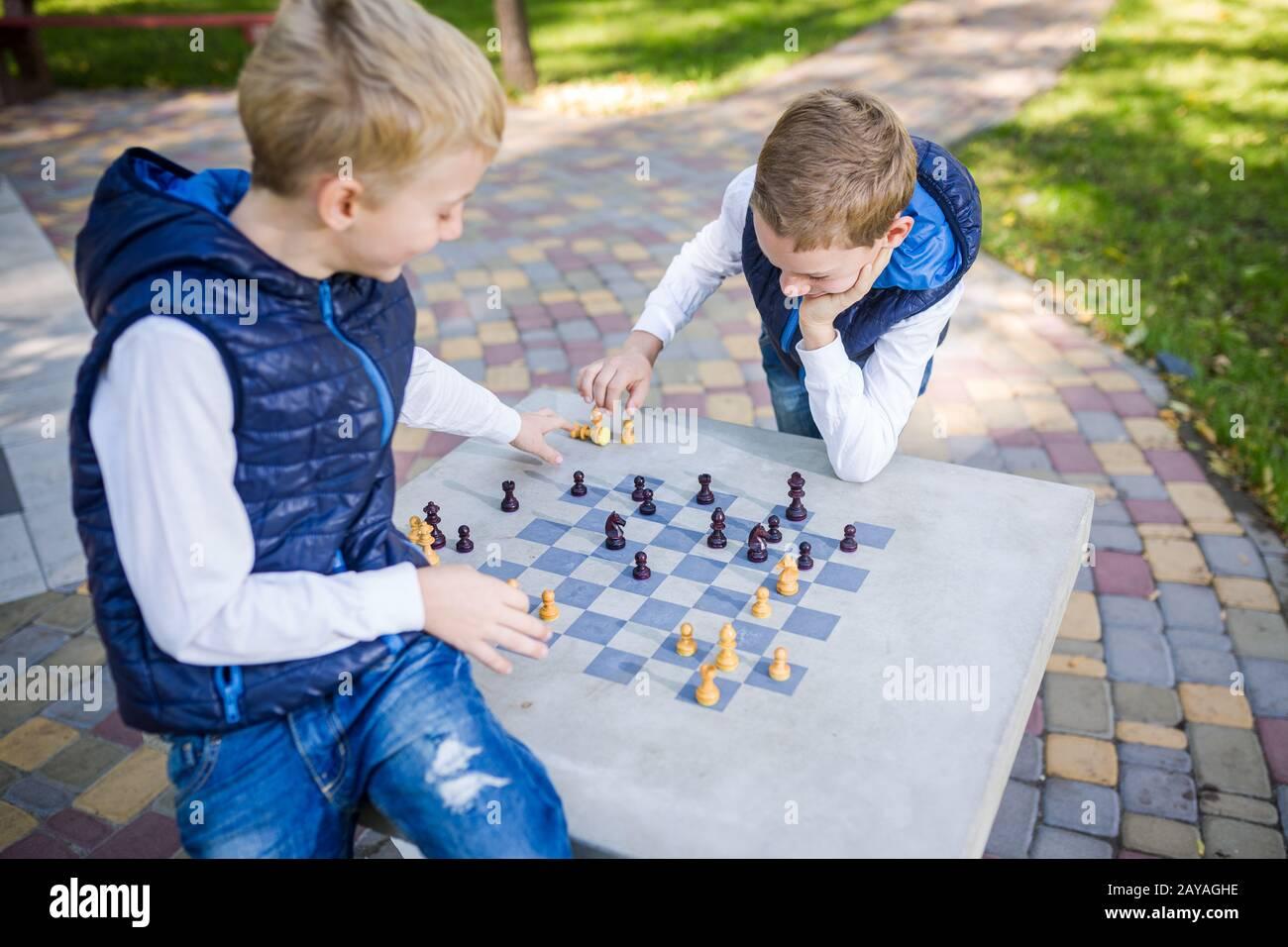 Das Thema ist das Lernen von Kindern, logische Entwicklung, mentologische Mathematik, Fehlkalkulation bewegt den Fortschritt. Große Familie zwei Brüder kaukasisch Stockfoto