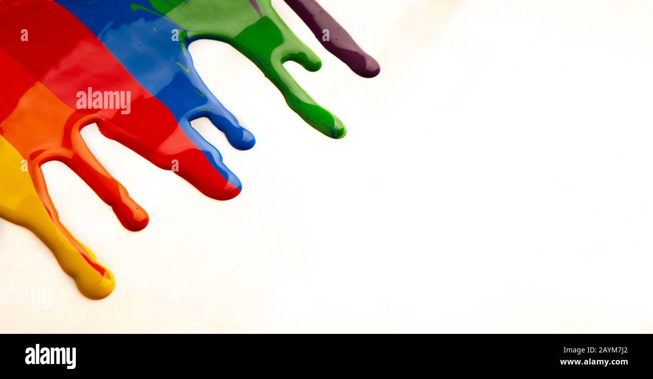 Bunte Farbe tropft isoliert auf weißem Hintergrund Stockfoto