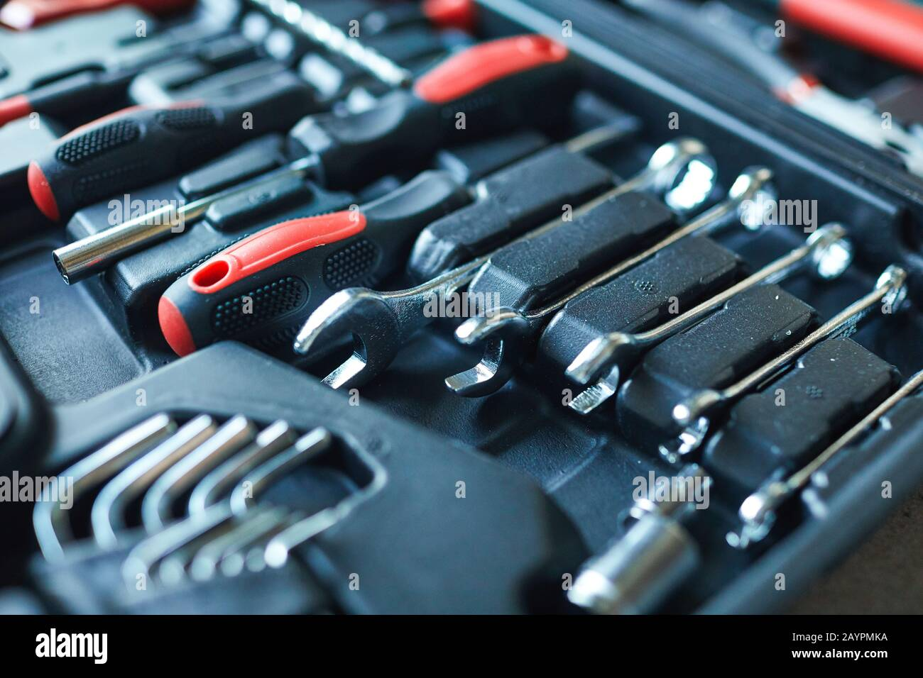 Nahaufnahme des schwarzen offenen Werkzeugkastens mit Schraubendrehersatz auf der Baustelle, Kopierraum Stockfoto
