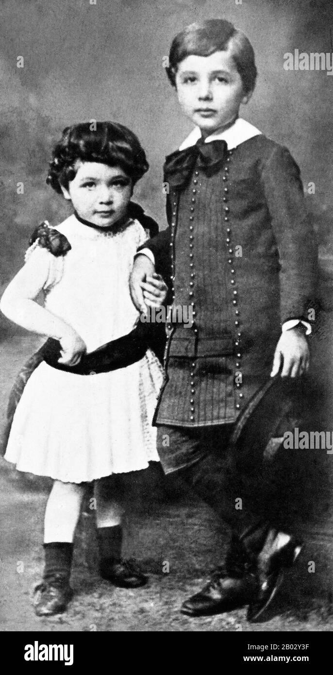 """Albert Einstein (14. März 1879 - 18. April 1955) war ein deutschstämmiger theoretischer Physiker und Wissenschaftsphilologe. Er entwickelte die allgemeine Relativitätstheorie, eine der beiden Säulen der modernen Physik (neben der Quantenmechanik). Er ist in der Populärkultur am bekanntesten für seine Massenenergieäquivalenzformel E = mc2 (die als """"die berühmteste Gleichung der Welt"""" bezeichnet wurde). Er erhielt den Nobelpreis für Physik von 1921 """"für seine Dienste in der theoretischen Physik und insbesondere für seine Entdeckung des Gesetzes des photoelektrischen Effekts"""". Letztere war entscheidend für die Etablierung der Quantentheorie. Einst Stockfoto"""