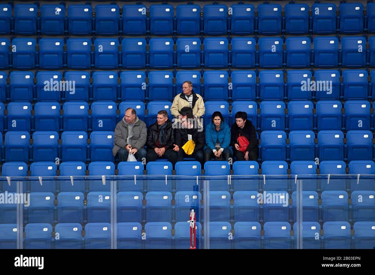Podolsk, RUSSLAND - 25. JANUAR 2020: Unidentifizierte Zuschauer auf Tribüne kurz vor dem Eishockeyspiel Vityaz vs. Lokomotiv zur russischen KHL-Meisterschaft in Podolsk, Russland. Lokomotiv gewann 5:2 Stockfoto