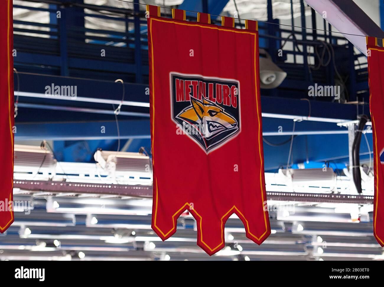 Podolsk, RUSSLAND - 25. JANUAR 2020: Wimpel der Metallurg-Mannschaft beim Eishockeyspiel Vityaz vs. Lokomotiv bei der russischen KHL-Meisterschaft in Podolsk, Russland. Lokomotiv gewann 5:2 Stockfoto