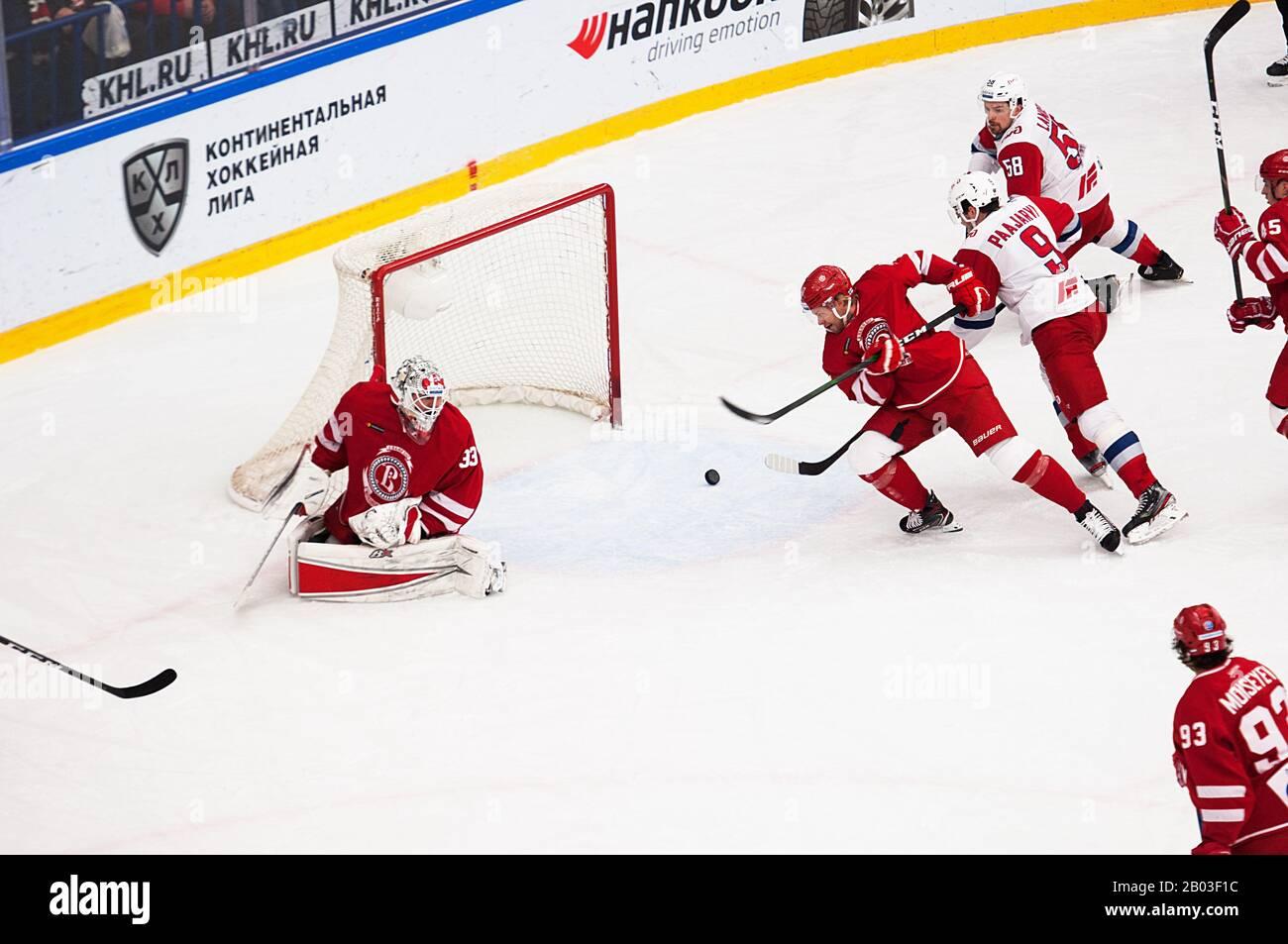 Podolsk, RUSSLAND - 25. JANUAR 2020: Score Scene on Hockey Game Vityaz vs. Lokomotiv on Russia KHL Championship in Podolsk, Russland. Lokomotiv gewann 5:2 Stockfoto