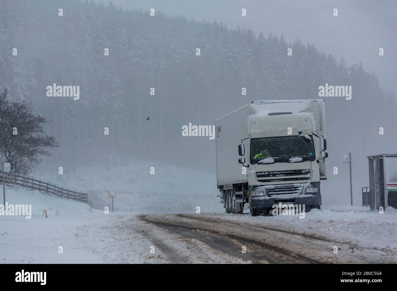 10.12.17 EIN LKW setzt sich aus dem Schnee, nachdem er an den Geschichtenarmen auf der A470 in Südwales festgefahren ist. ©James Davies / James Davies Photography. Stockfoto