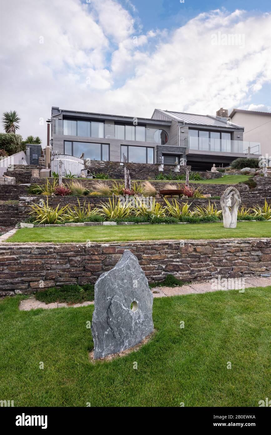 Statuen im terrassenförmigen Garten des renovierten Anwesen der 1960er Jahre in Fistral, Newquay Stockfoto