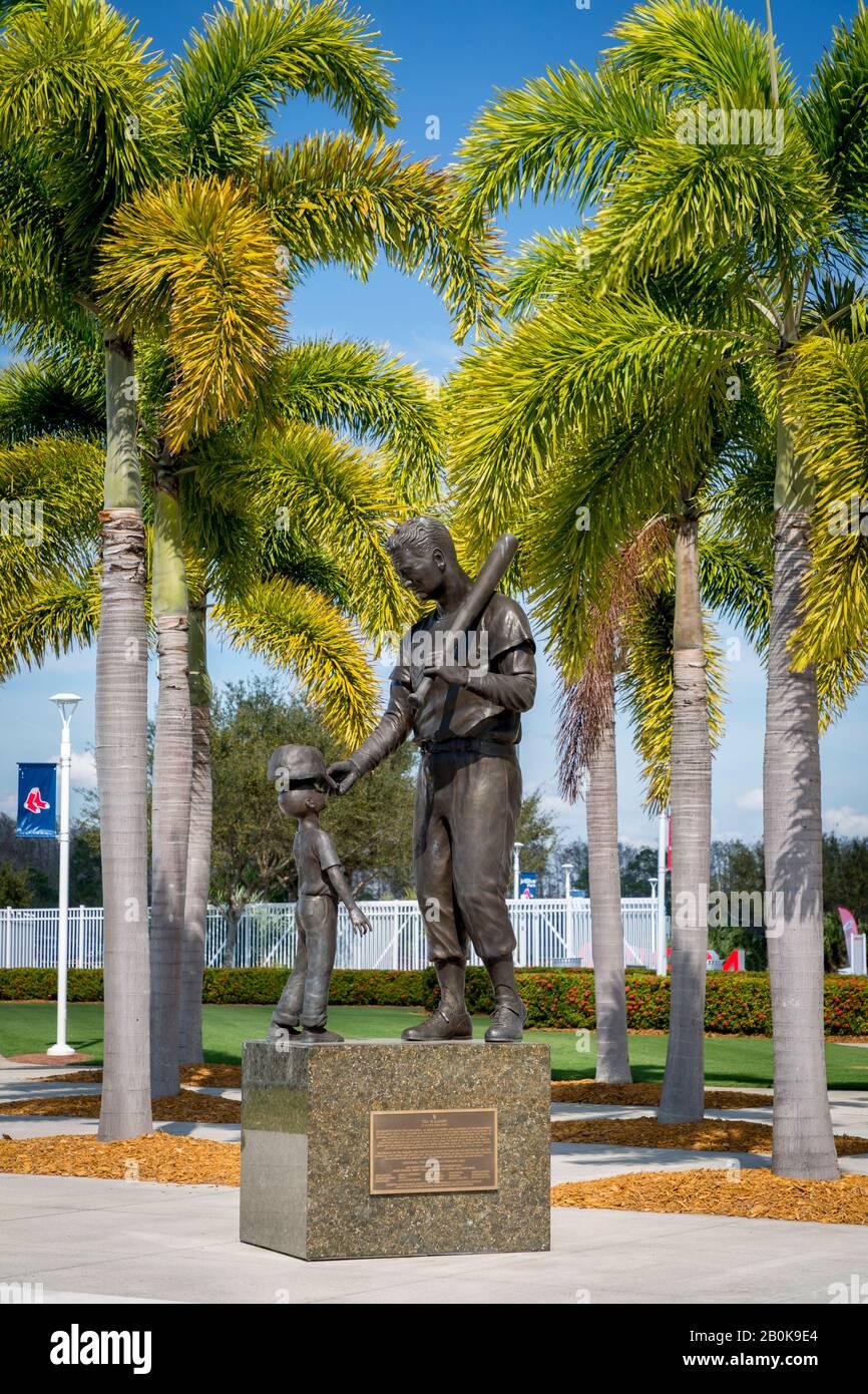 Statue des jungen Baseballfans und Ted Williams - Hall of Fame Spieler für die Boston Red Sox im JetBlue Park, Red Sox Facility, Ft Myers, Florida, USA Stockfoto
