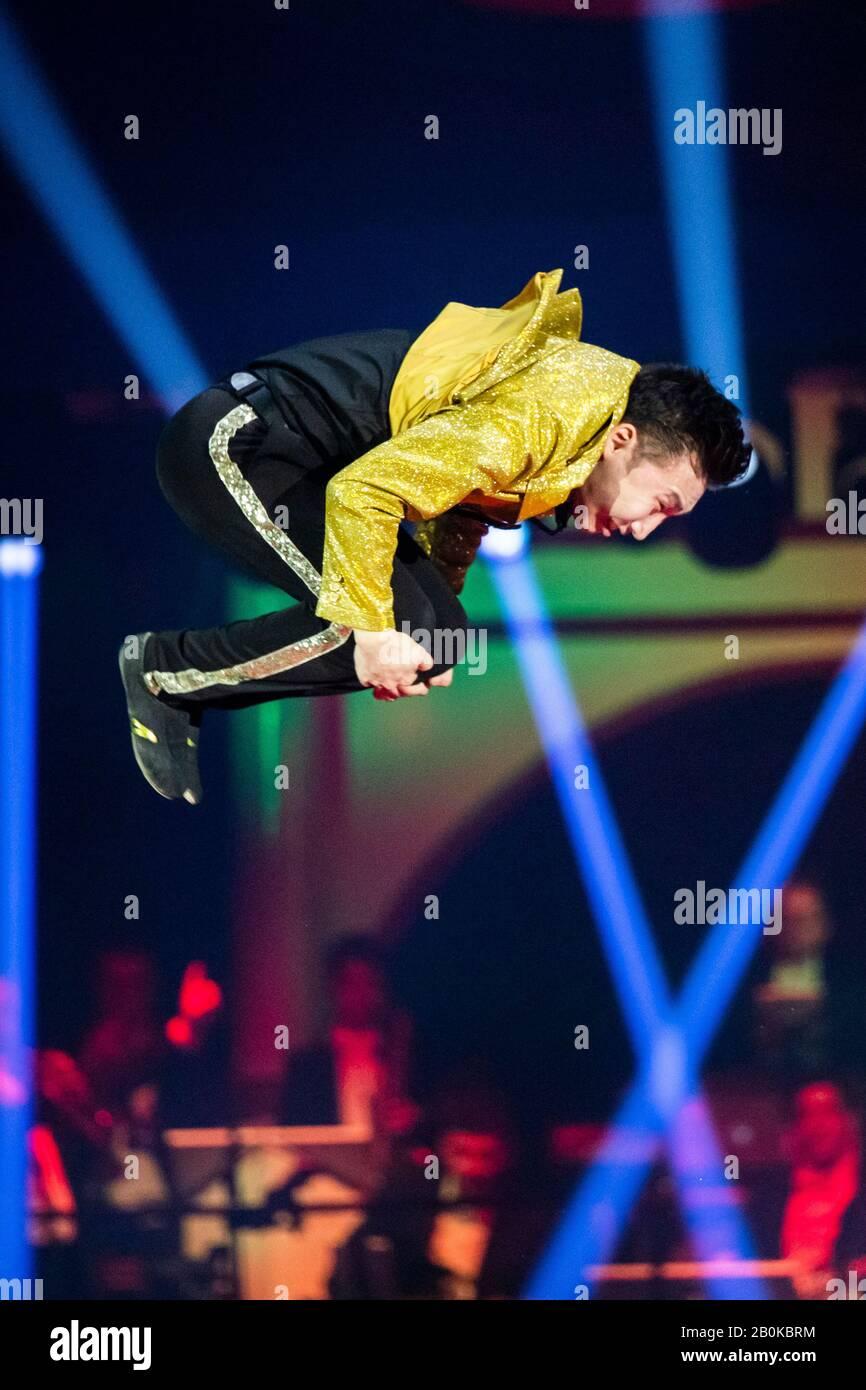 """Girona, SPANIEN - 17. FEBRUAR: Das russische Trio Poselskii führt während des Internationalen Zirkusfestivals """"Elefant d'Or"""" im Parc de la Devesa auf Fe eine russische Bar auf Stockfoto"""