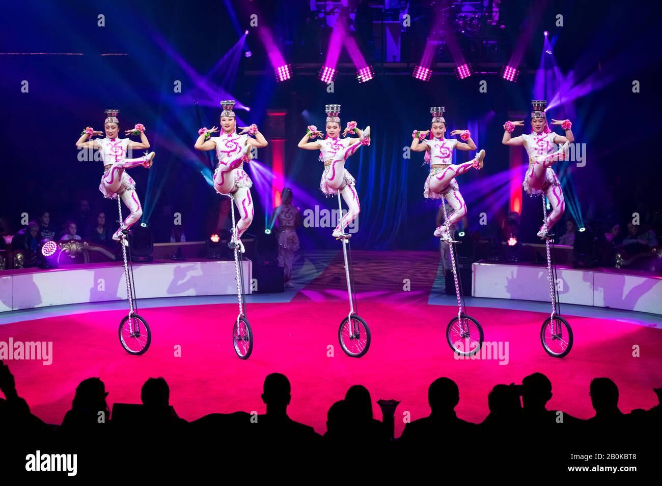 """Girona, SPANIEN - 17. FEBRUAR: Chinesische Yinchuan Akrobatische Troupe aus China führen während des """"Elefant d'Or"""" International Circus Festival im Parc Einräder durch Stockfoto"""