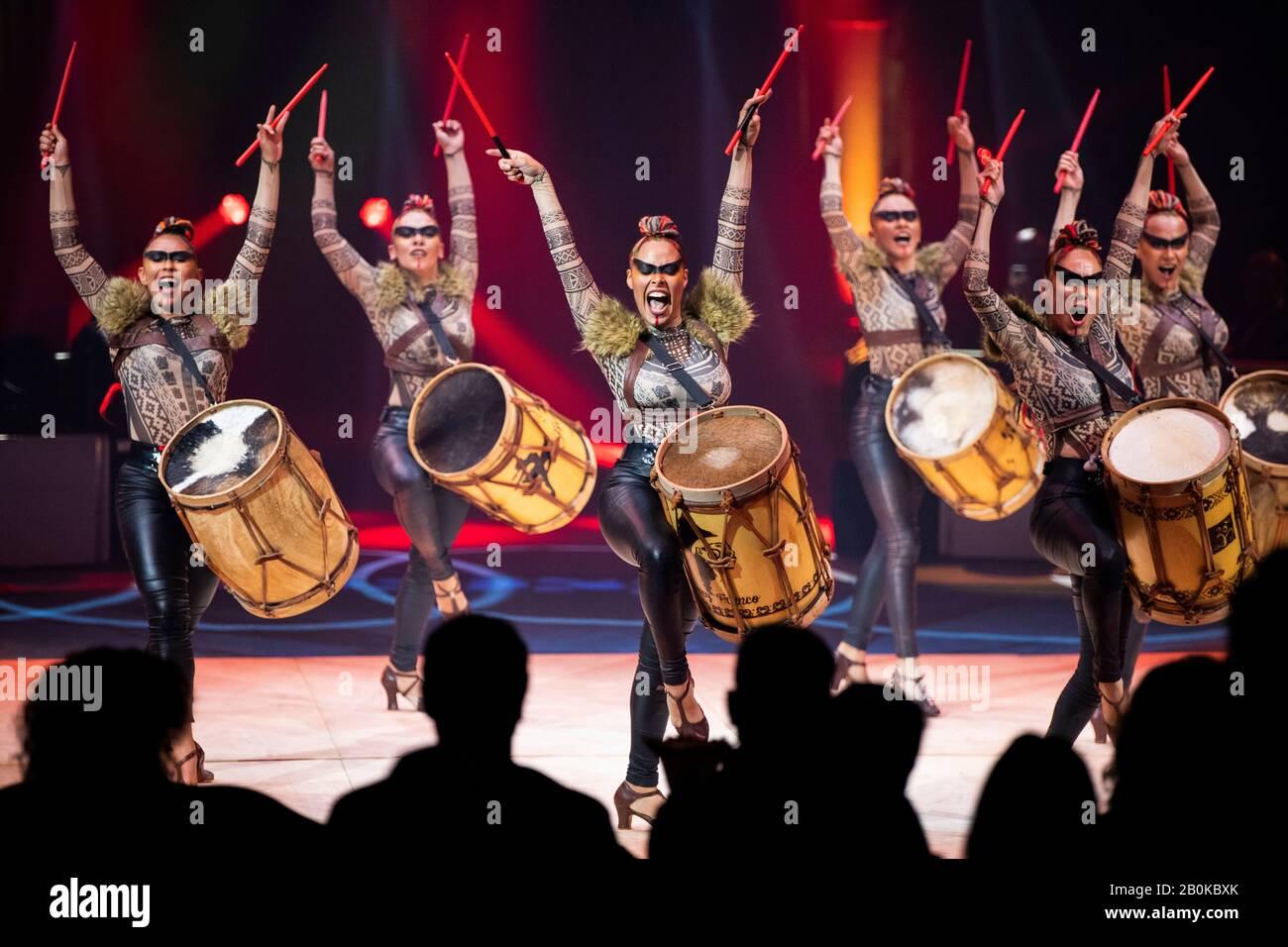 """Girona, SPANIEN - 17. FEBRUAR: Argentinische Argendance Girls treten während des """"Elefant d'Or"""" International Circus Festival im Parc de la Devesa am Februar auf Stockfoto"""