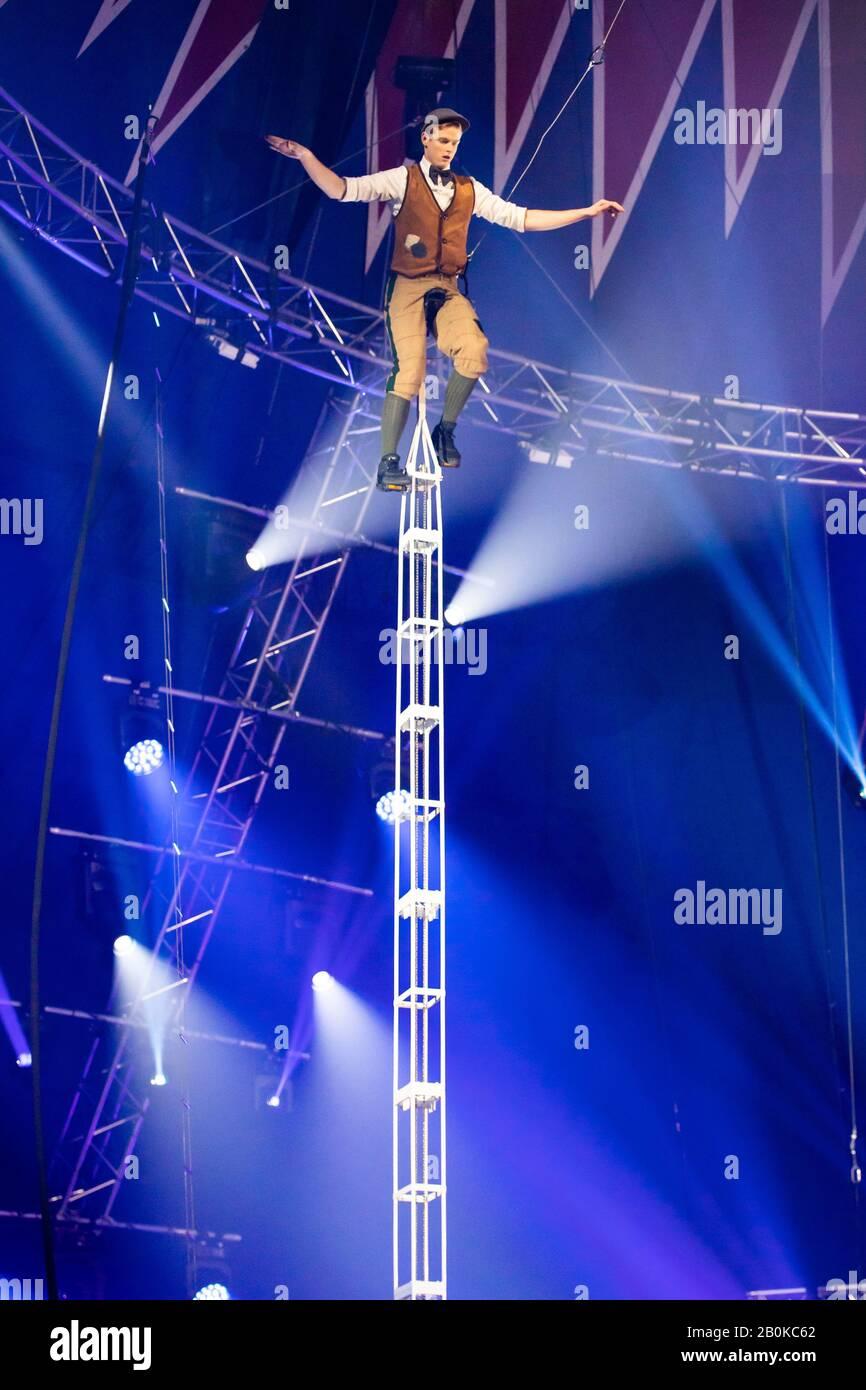 "Girona, SPANIEN - 18. FEBRUAR: Der Amerikaner Wesley Williams führt Monokycling während des ""Elefant d'Or"" International Circus Festival im Parc de la Devesa On durch Stockfoto"