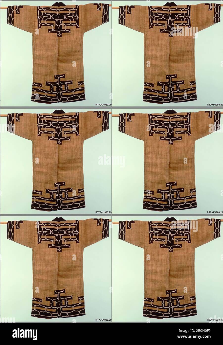 Ainu Robe, Japan, Meiji-Zeit (28-1912), Datum 19. Jahrhundert, Japan, Elm-Rinde-Faser mit Applikation von Indigo-gefärbtem Tabby (atsushi), 48 x 25 Zoll. (121,92 x 63,50 cm), Textil-Kostüme Stockfoto