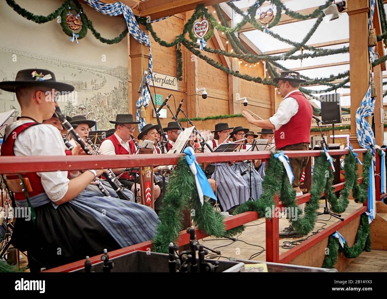 München, DEUTSCHLAND - 1. OKTOBER 2019 B und traditionelle Musik in bayrischer Tracht in einem Bierzelt von Oide Wiesn historischer Teil des Oktoberfests Stockfoto