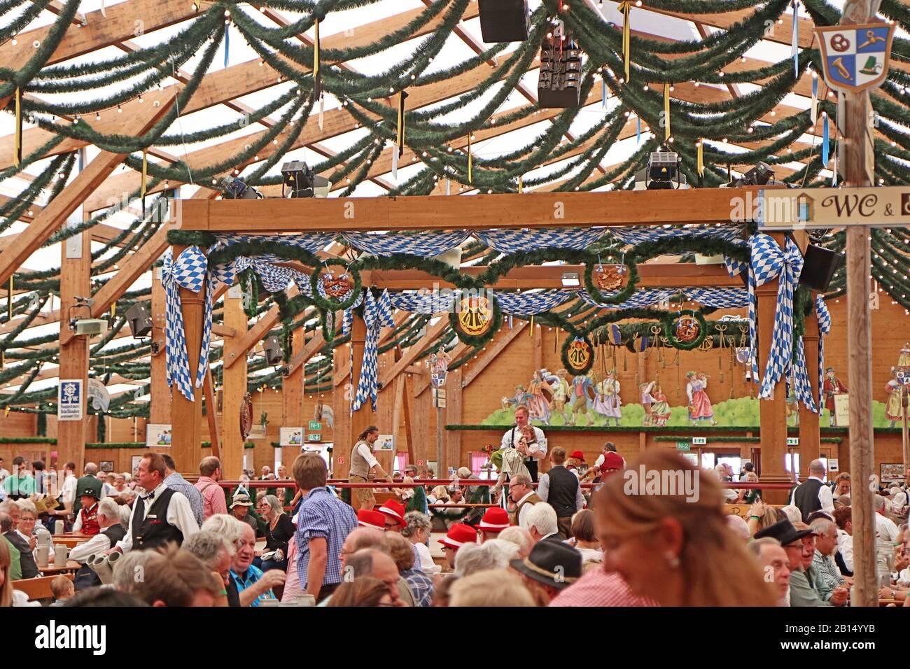 München, DEUTSCHLAND - 1. OKTOBER 2019 Bierzelt auf der Oide Wiesn historischer Teil des Oktoberfests in München, familienfreundliches Ambiente Stockfoto