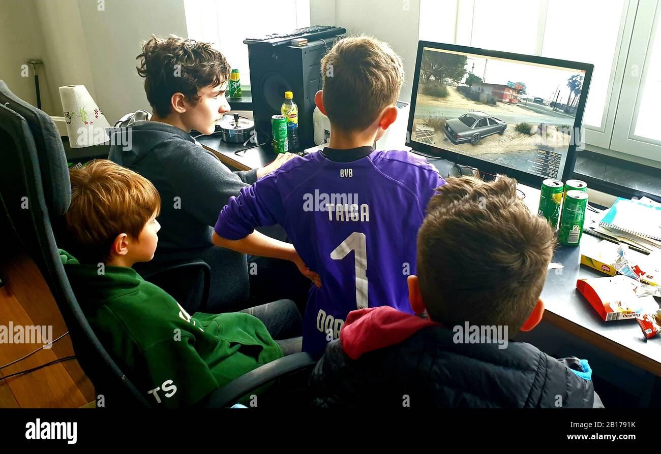 Vier Freunde, die ein Computerspiel spielen, Deutschland Stockfoto