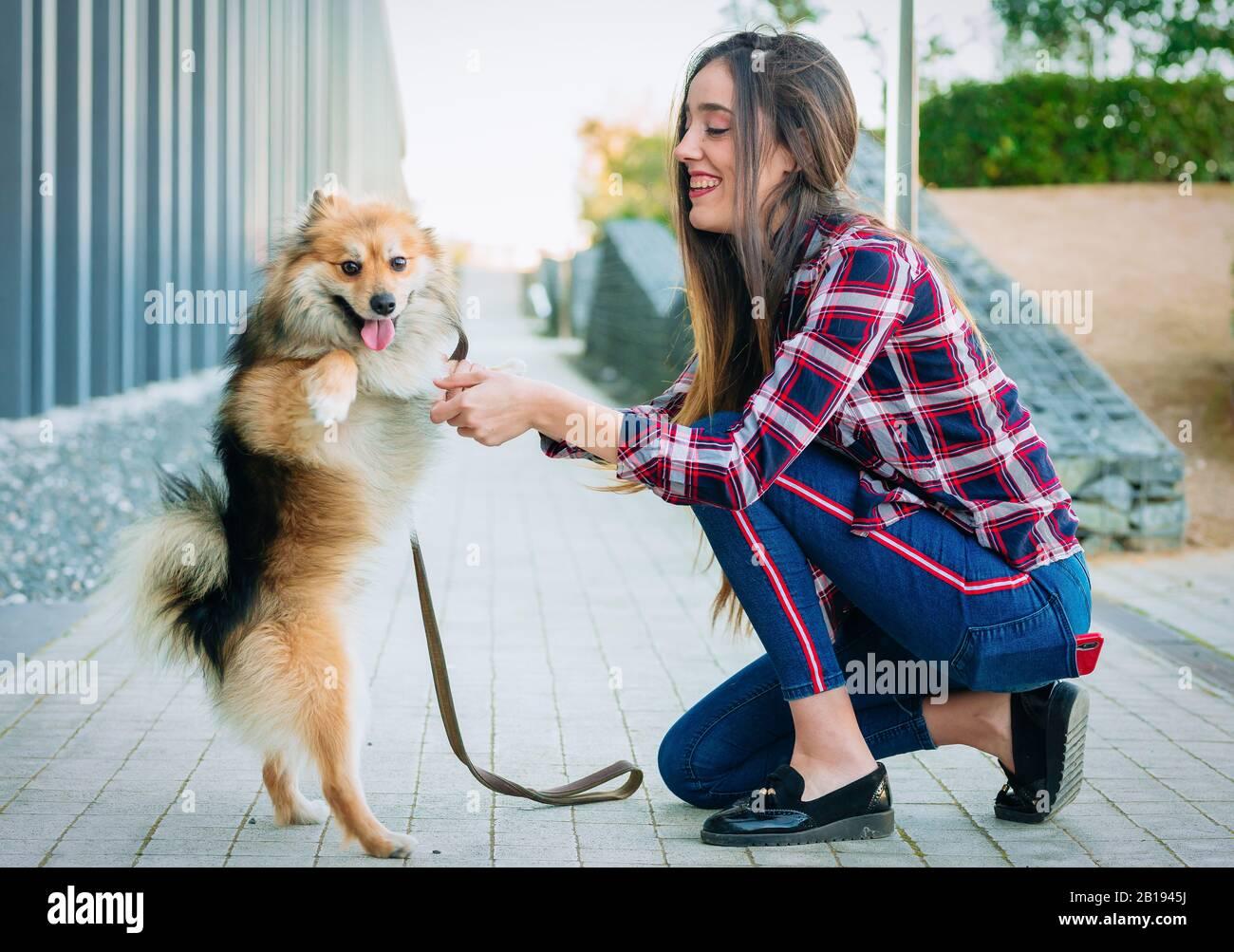 Glückliche Frau mit stehendem Hund Stockfoto