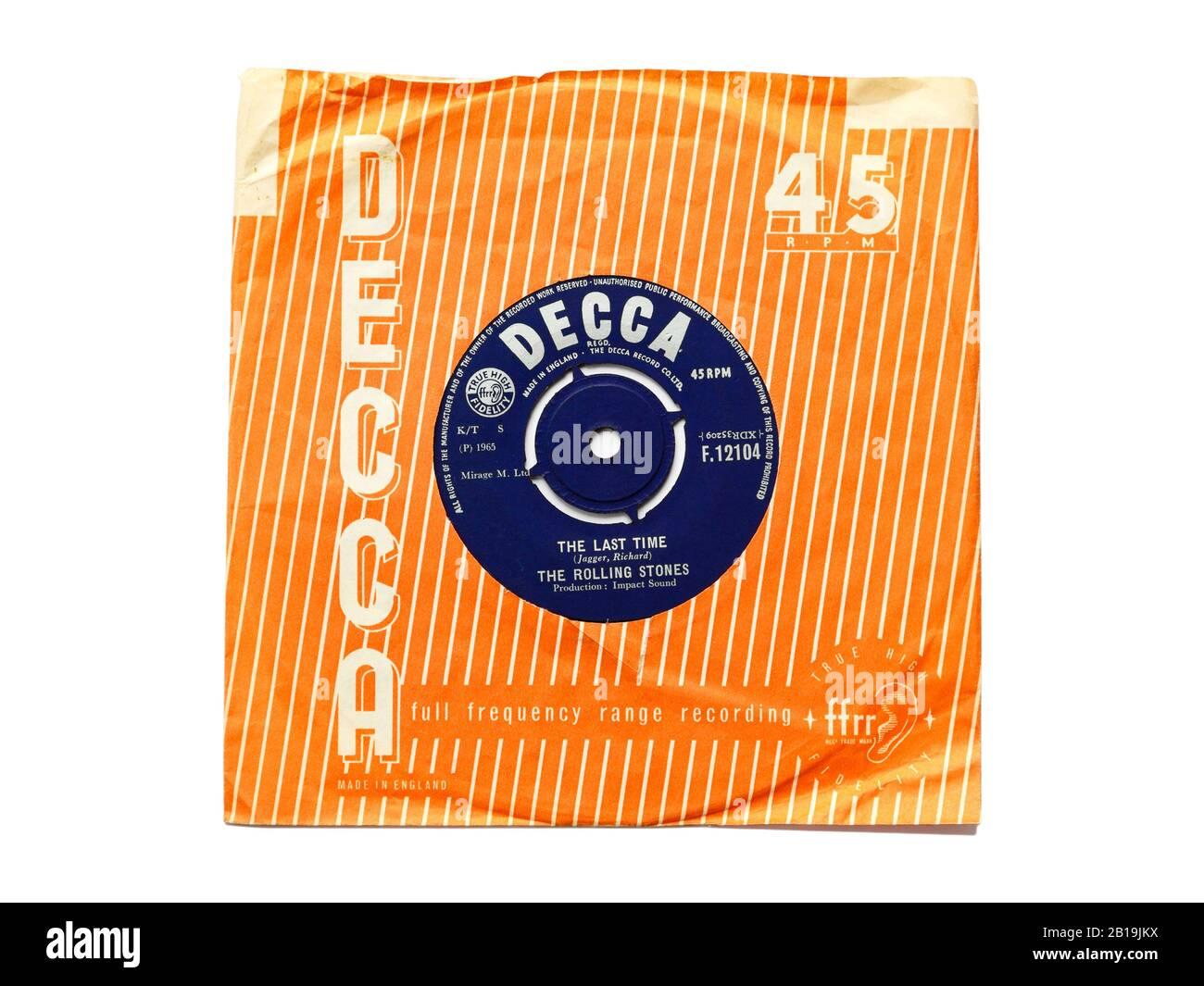 Das alte Original von Decca Plattenplatte Vinyl 45 RPM wurde Das Letzte Mal von Den Rolling Stones 1965 in zerrissenen Papierhülsen aufgenommen, die auf weiß isoliert waren. Stockfoto