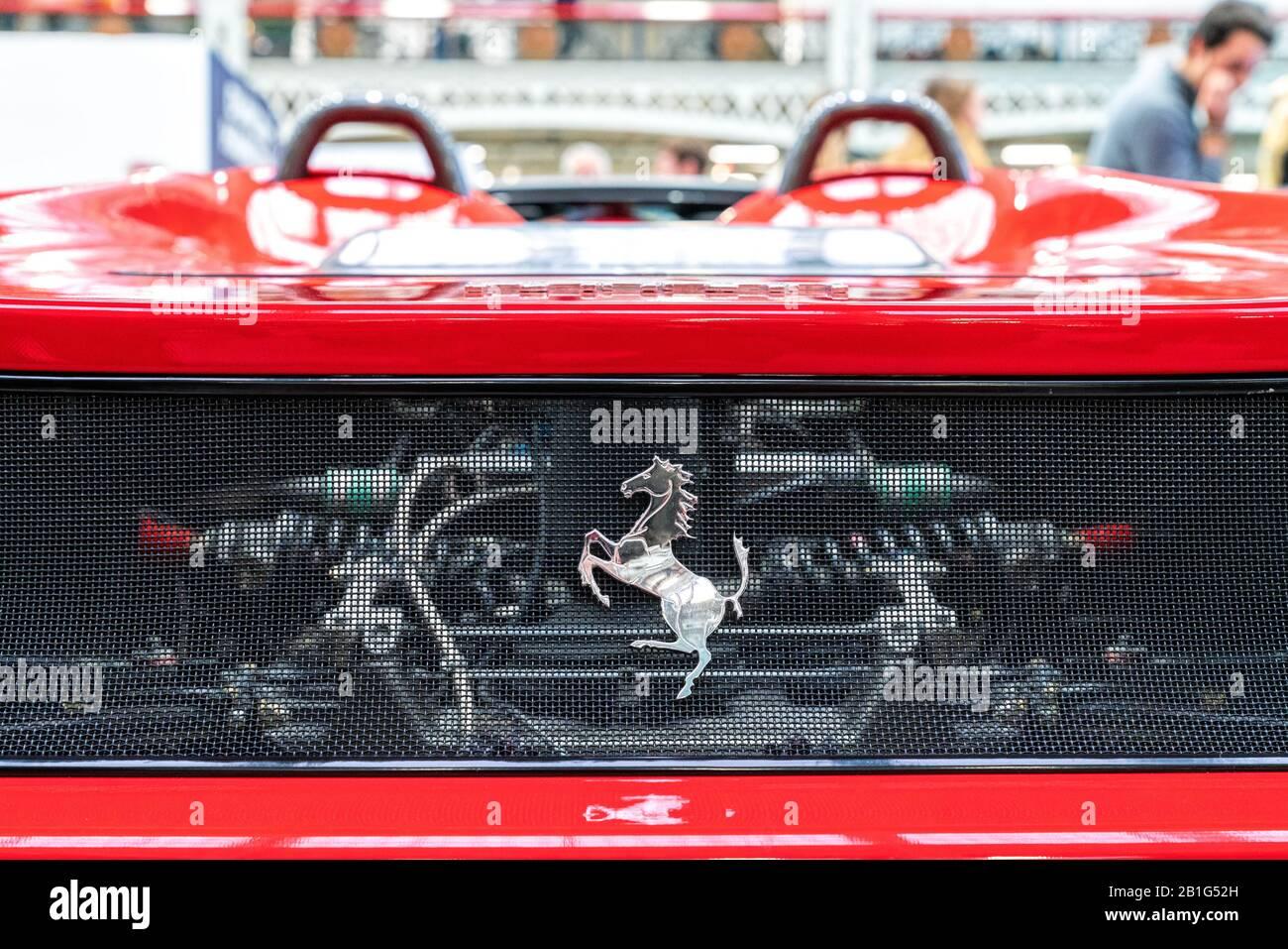 Februar 2020 - London, Großbritannien. Ferrari-Emblem und durchgehendes Mesh zu einem Motorraum. Stockfoto