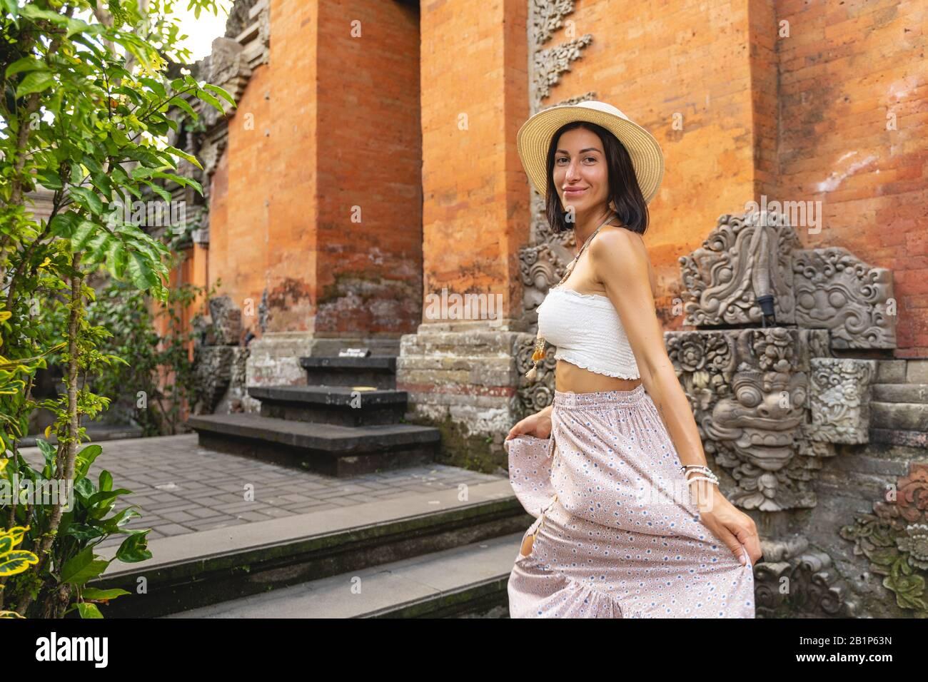Jolly Woman kommt zu asiatischem Tempelstock Foto Stockfoto