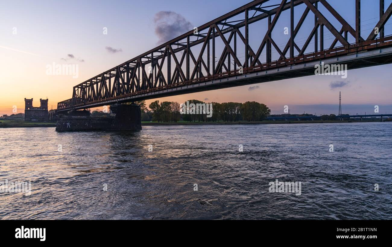 Duisburg, Nordrhein-Westfalen, Deutschland - 09. November 2019: Blick vom Rheinpark auf die Eisenbahnbrücke in Hochfeld mit dem alten Brückturm Stockfoto
