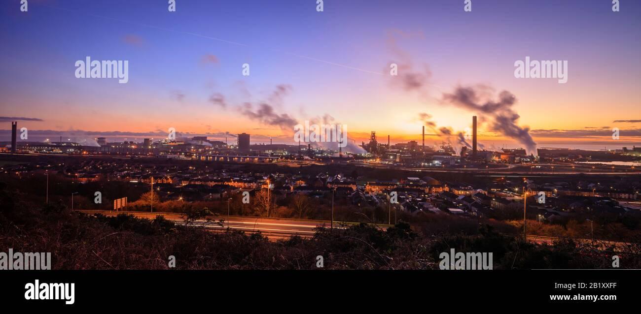 Überblick über die Stahlwerke von Port Talbot, die Dampfwolken im Abendlicht Port Talbot Swansea Glamorgan Wales emittieren Stockfoto