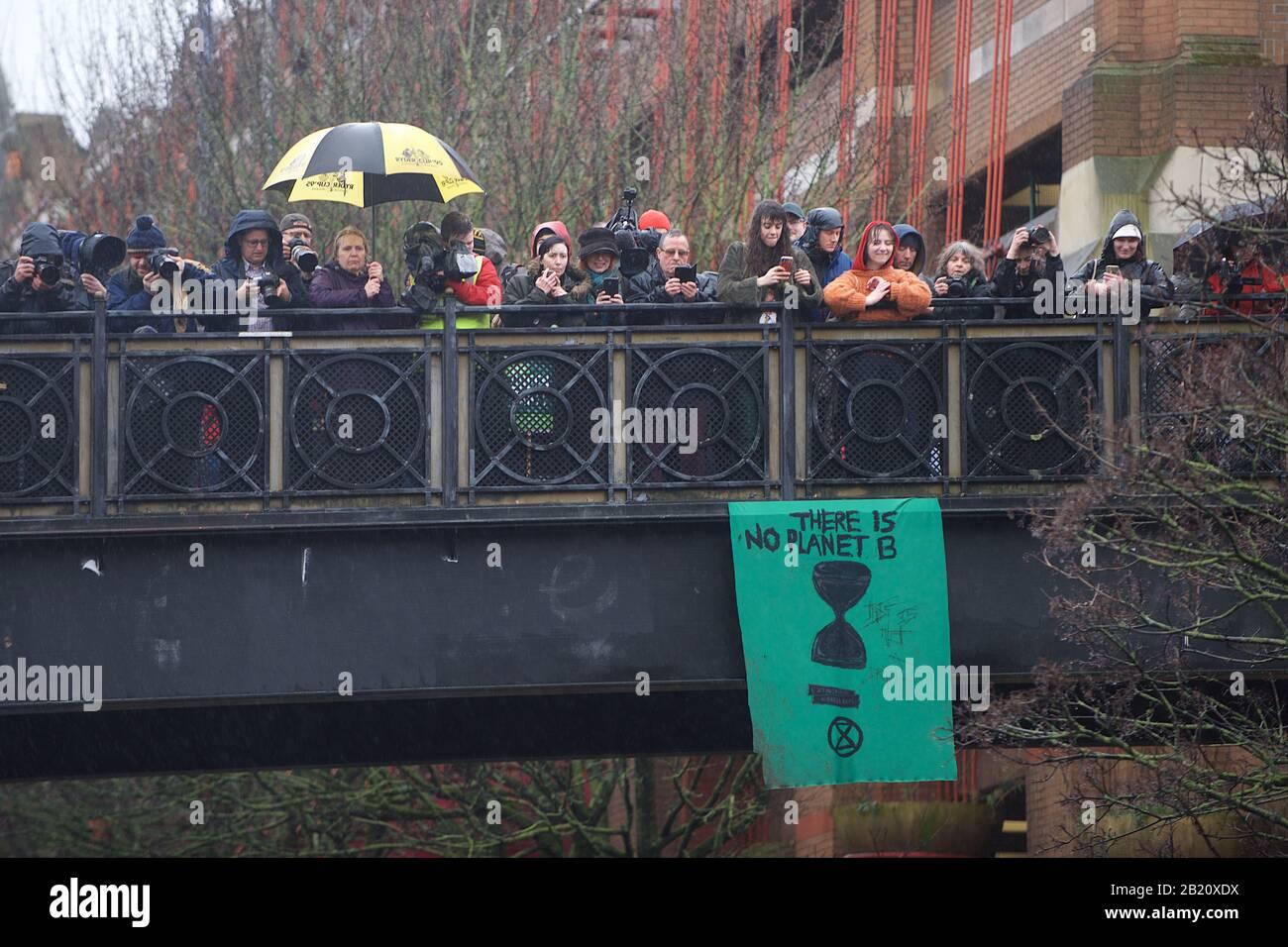 Bristol, Großbritannien. Februar 2020. Greta Thunberg besucht mit über 30.000 anderen Menschen den Schulstreik in Bristol. Der Schulstreik für das Klima, AKA Fridays for Future, Youth for Climate und Youth Strike 4 Climate, ist eine internationale Bewegung von Schulschülern, die sich von der Klasse Zeit nehmen, an Demonstrationen teilzunehmen, um Maßnahmen zur Bewältigung der Klima- und Ökologischen Notfallkredite zu fordern: Gareth Morris/Alamy Live News Stockfoto
