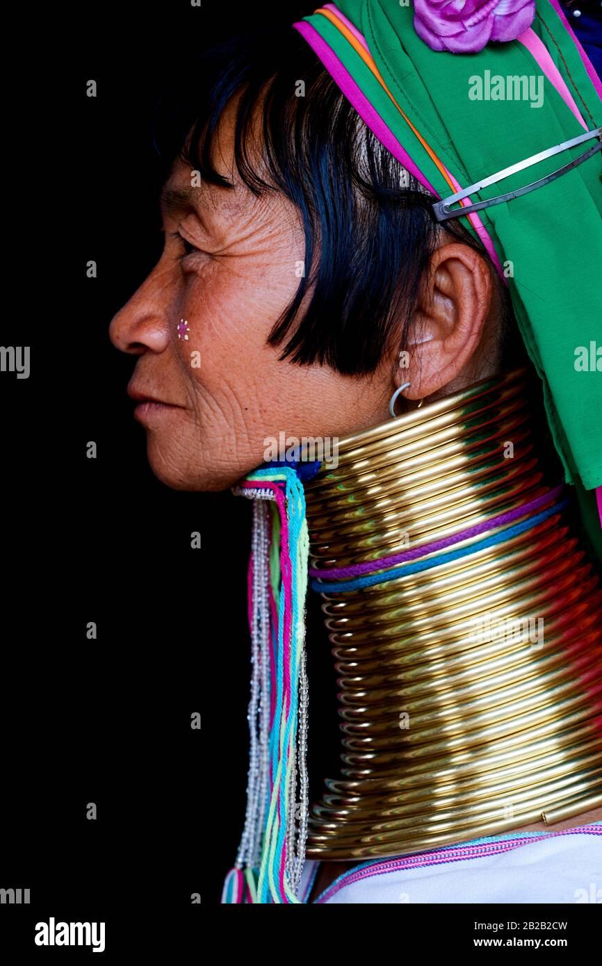 Kopfporträt einer Kayan Lahwi-Frau mit Halsspulen aus Messing und traditioneller Kleidung. Der Langhalskayan (auf Birma auch Padaung genannt) ist ein Stockfoto