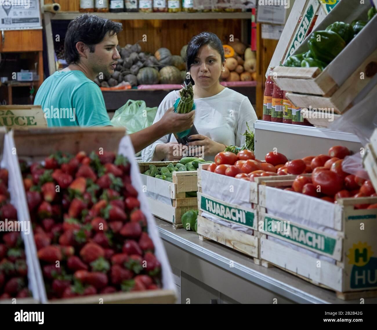 MENDOZA, ARGENTINIEN, 19/12/2017. Greengrocery, Verkauf von Gemüse und Obst, Mercado Central, Mendoza City. Foto: Axel Lloret / www.allofotografia.CO Stockfoto