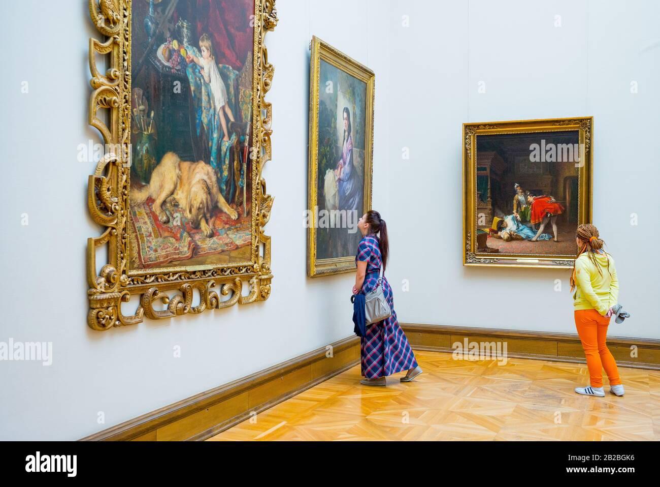 Moskau, Russland, Junge Damen, die sich die Meisterwerke der russischen Kunst in der Tretjakow-Galerie ansehen Stockfoto