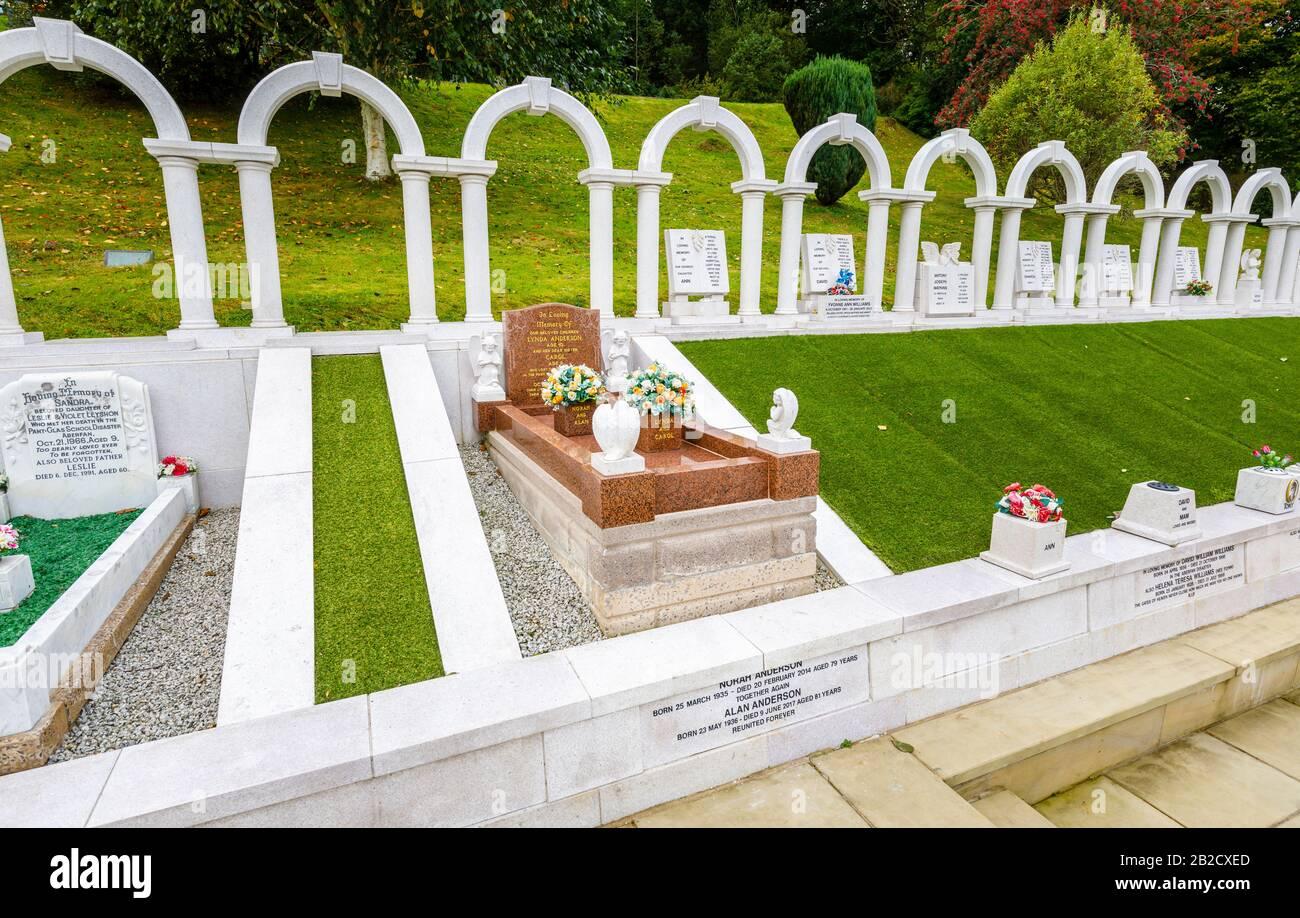 Gedenkbögen und Gräber, Bryntaf Cemetery, Aberfan Cemetery, Glamorgan, Wales, Ruhestätte von Opfern, die bei der Bergwerkskatastrophe von Aberfan 1966 ums Leben kamen Stockfoto