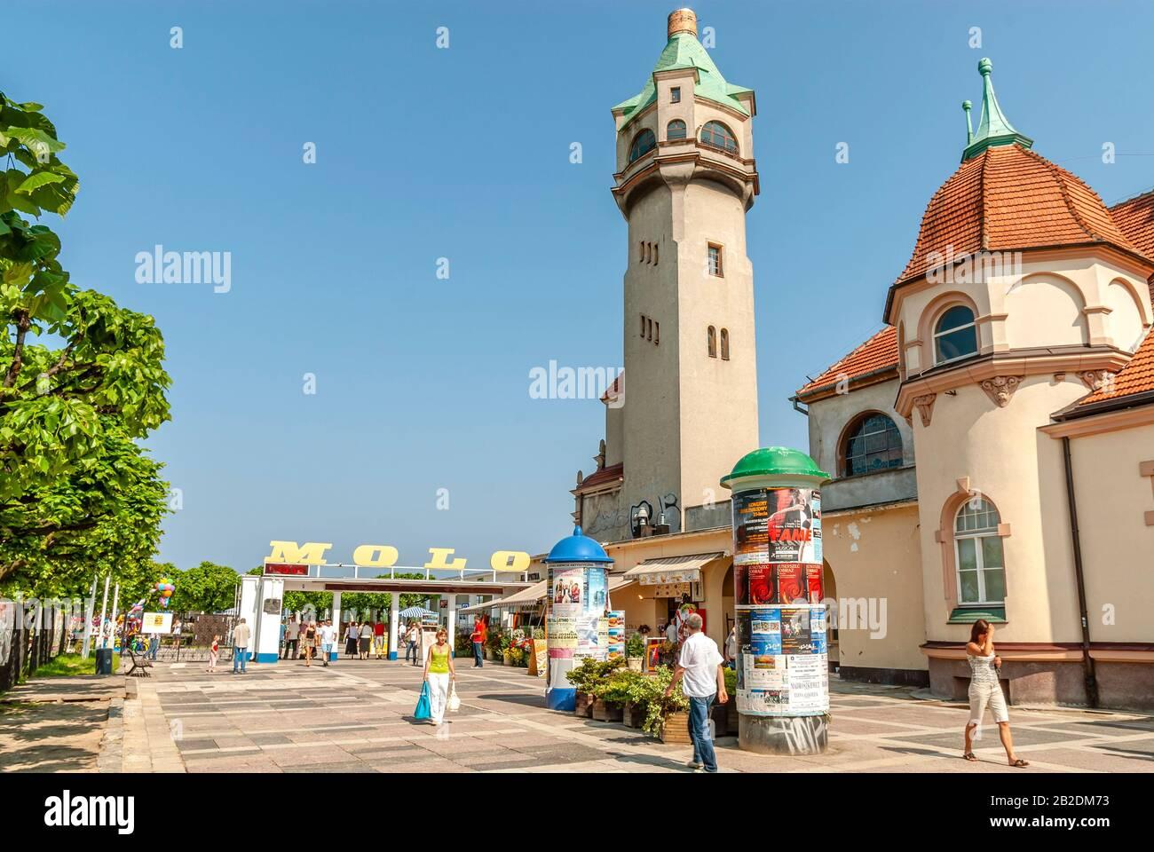 Strandpromenade am Molo Pier mit dem Leuchtturm von Sopot, Polen Stockfoto