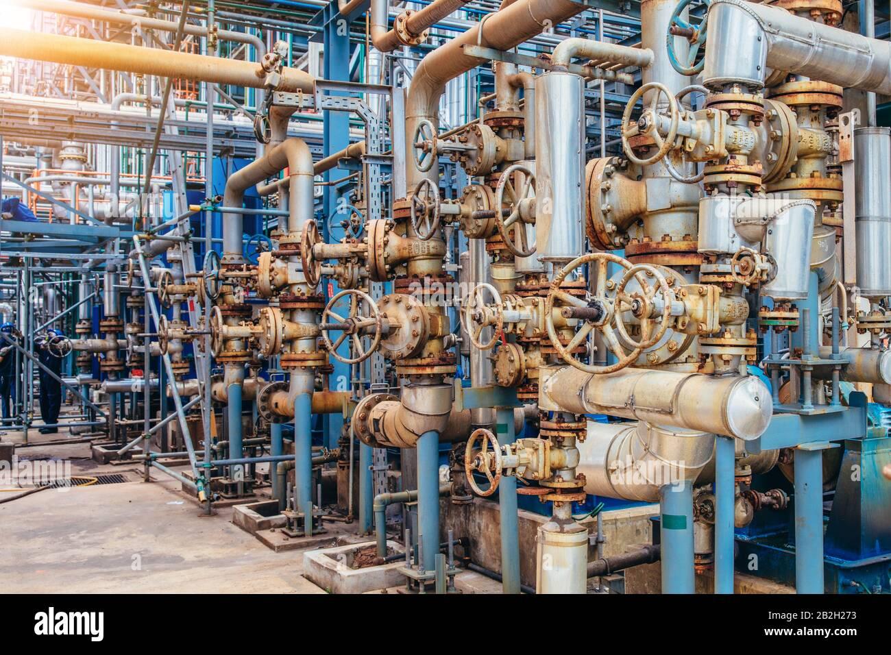Industrial Zone, die Ausrüstung der Erdölraffination, in der Nähe von industriellen Rohrleitungen für eine Öl-Raffinerieanlage, Detail der Ölpipeline mit Ventilen in großen Oi Stockfoto