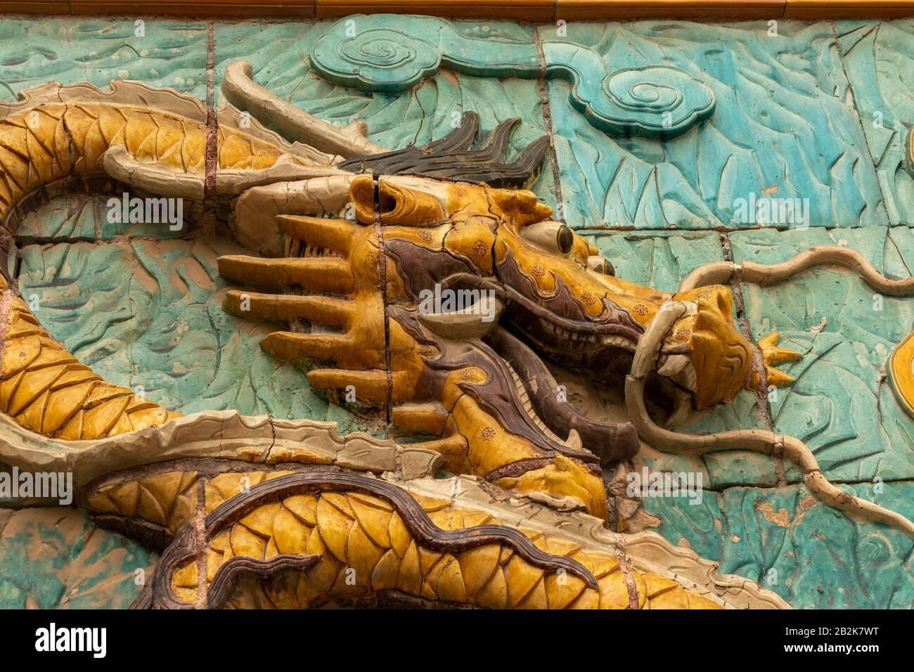 """Bildschirm """"Nine Dragons"""", Eingang zum Palast der Ruhigen Langlebigkeit, der Verbotenen Stadt, Peking, China Stockfoto"""
