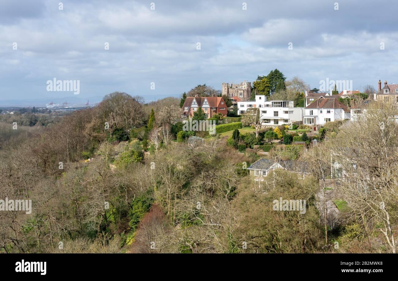 Der ehemalige Aussichtsturm von Cook's Folly wurde in ein kastelliertes Anwesen umgewandelt, mit benachbarten, feinen Häusern mit Blick auf die Avon Gorge im Sneyd Park Bristol UK Stockfoto