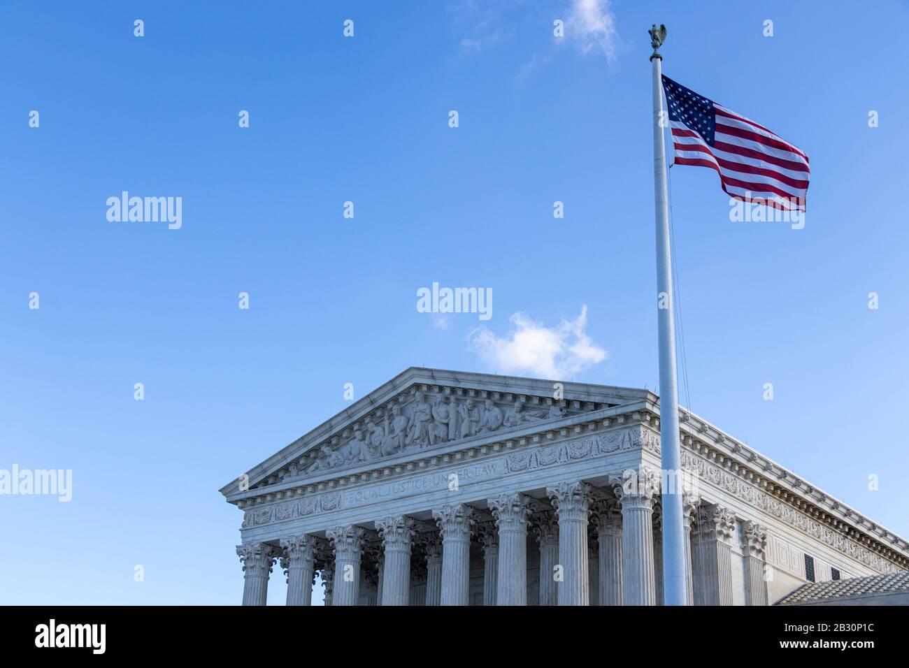 Amerikanische Flagge schwenkt vor dem Obersten Gerichtshof der Vereinigten Staaten aus. Stockfoto